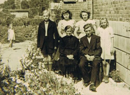 Familie Trunczik in ihrer ersten Zeit in Dannenberg. Vorne: Maria und Johann Trunczik, hinten: die Kinder Gerhard, Edeltraud (meine Oma), Hilde und Rita