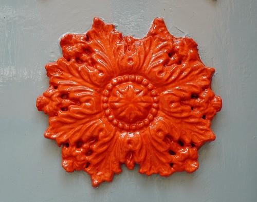 Laubwerk-Ornament an einer Haustür auf der Stadtinsel Hitzacker