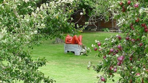 Skulptur zwischen Obstbäumen