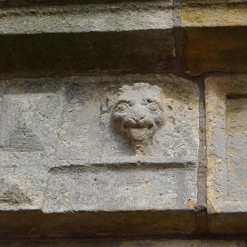 Löwe mit herausgestreckter Zunge am Eingangsportal der Festung Dömitz