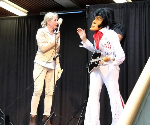 Fachdienstleiterin Dagmar Schulz trifft auf Elvis