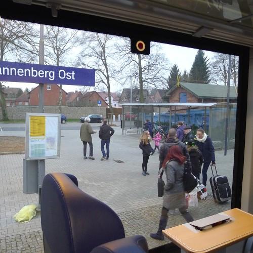 Lange nicht mehr gehabt: munteres Treiben auf dem Bahnsteig Dannenberg Ost