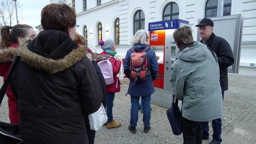 Eine lange Schlange und Ratlosigkeit am Ticket-Automaten: Zahlen geht nur noch mit Karte