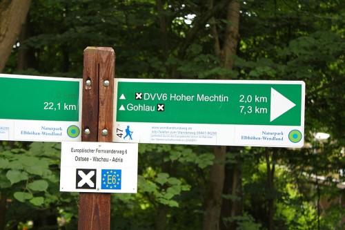 Wegweiser  am Parkplatz des Naturparks Elbhöhen-Wendland in Spranz